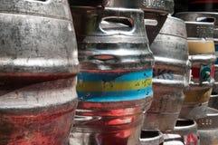 Barris de cerveja usados para armazenar as bebidas empilhadas acima Fotografia de Stock Royalty Free