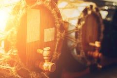 Barris ou tambores de madeira com álcool - filtro da luz do sol do vinho ou do conhaque Foto de Stock