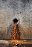 Barro de un tubo de desagüe foto de archivo