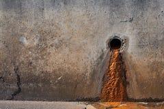 Barro de un tubo de desagüe imagenes de archivo