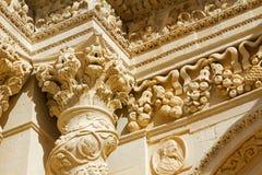 Barroco de los detalles de la columna y capital de la iglesia siciliana Imágenes de archivo libres de regalías