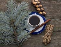 Barrträds- bästa sikt för filial, för kaffe och för kakor Arkivfoton
