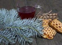 Barrträds- filial, te och kakor Arkivfoto