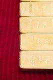 Bars d'or sur le fond rouge. image libre de droits