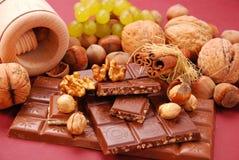 Bars de chocolat avec des noix et des raisins secs photos libres de droits