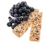Bars de granola avec des myrtilles - d'isolement Images stock