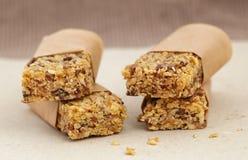 Bars de muesli de granola avec du chocolat et des graines Images stock