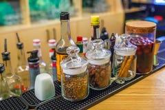 Bars Gewürze in einer Auslesebar für die Herstellung Cocktails Zimt-Hagebutten-Nelke der betrunkenen Kirsche stockbild