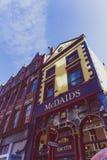 Bars irlandais traditionnels le long des rues du centre de la ville de Dublin Image stock