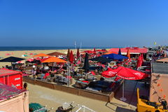 Bars and restaurants along the sandy beach of Scheveningen Stock Photos