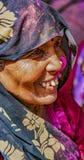Barsana, Индия/23-ье февраля 2018 - борода старика серая выглядит камер-левой во время фестиваля Holi стоковое изображение rf