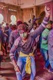 Barsana, Индия/23-ье февраля 2018 - танцы подростка в кругах в фестивале Holi стоковые фотографии rf