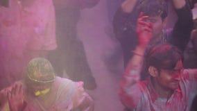 Barsana, distrito de Mathura, Uttar Pradesh, la India - 03/25/2013 - critique el tiro de la gente que celebra y que baila en Holi almacen de video