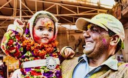 Barsana, Inde/le 23 février 2018 - l'homme montre fièrement sa jeune fille dans le festival de Holi photo libre de droits