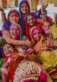 Barsana, Inde/le 23 février 2018 - les femmes rient et jambon il pour des caméras, tandis que couvertes en peinture dans le festi photographie stock