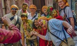 Barsana, Inde/le 23 février 2018 - les touristes et les gens du pays partagent une photo de groupe dans le festival de Holi images libres de droits
