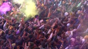 Barsana, India - 201802242 - Holi-Festival - Chaos - Ingepakte Menigte werpt Verf stock videobeelden
