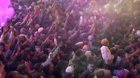 Barsana, India - 201802242 - Holi-Festival - Chaos - Ingepakte Menigte werpt Verf aangezien de Mens springt stock footage