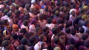 Barsana, India - 201802242 - Holi-Festival - Chaos - overbevolkt onder Schommelingen maar nergens te gaan om stock video