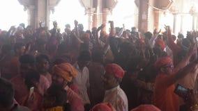 Barsana, India - 201802242 - Holi-Festival - Chaos - Pan Of Crowd Outside Temple stock videobeelden