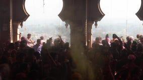 Barsana, India - 201802242 - Holi-Festival - Chaos - Pan Of Crowd Outside Temple met Geworpen Verf stock videobeelden