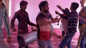 Barsana, India - 201802242 - Holi-Festival - Chaos - Slagwerker Keeps Dancing Going stock videobeelden