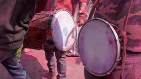 Barsana, India - 201802242 - Holi-Festival - Chaos - Slagwerkers houdt sloeg stock footage