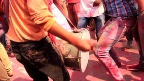 Barsana, India - 20180223 - Holi-Festival - Close-up van Slagwerker From Behind stock footage