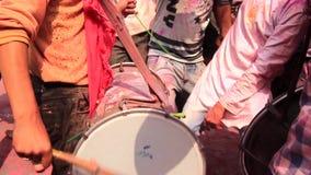 Barsana, India - 20180223 - Holi-Festival - Close-up van Slagwerker From The Side stock footage