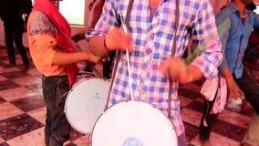 Barsana, India - 20180223 - Holi-Festival - Close-up van Trommels stock videobeelden