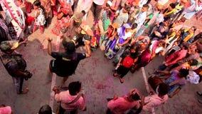 Barsana, India - 20180223 - Holi-Festival - dat van Bovengenoemd wordt gezien - Filmbemanning treedt in Dans toe stock footage