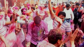 Barsana, India - 201802242 - Holi-Festival - de Gekke Menigtendans als Verf wordt geworpen stock footage
