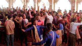 Barsana, India - 20180223 - Holi-Festival - de Menigte werpt Wapens in Lucht aangezien zij dansen stock video