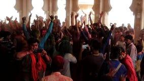 Barsana, India - 20180223 - Holi-Festival - de Mens roteert terwijl het Nemen van Video van het Dansen Menigte stock footage
