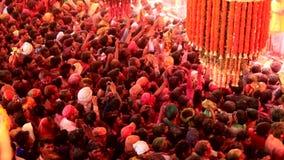 Barsana, India - 20180223 - Holi-Festival - de Mensen in Menigte hebben Geen Keus dan om met Schommeling te gaan stock videobeelden