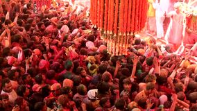 Barsana, India - 20180223 - Holi-Festival - de Priesters op Stadium kijken als Menigteschommelingen stock video