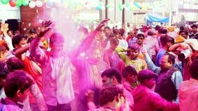 Barsana, India - 201802242 - Holi-Festival - de Verf wordt geworpen aangezien de Gekke Menigten dansen stock videobeelden