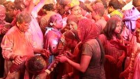 Barsana, India - 20180223 - Holi-Festival - de vrouwendanser wordt opgeschrokken door verf in ogen maar houdt dansend stock footage