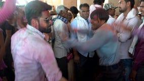 Barsana, India - 201802242 - Holi-Festival die - dansen - Mensendans in Cirkel stock footage