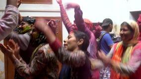 Barsana, India - 201802242 - Holi-Festival die - dansen - Mensendans in een Lijn stock video