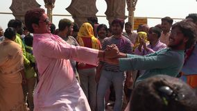 Barsana, India - 201802242 - Holi-Festival die - dansen - Twee Mensenrotatie elkaar stock videobeelden