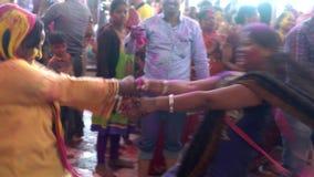 Barsana, India - 201802242 - Holi-Festival die - dansen - Twee Vrouwenrotatie elkaar stock videobeelden