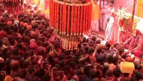 Barsana, India - 20180223 - Holi-Festival - Menigte Surgest naar Platform stock videobeelden