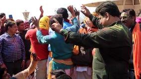 Barsana, India - 20180223 - Holi-Festival - Mensendans als Meisjes stock videobeelden