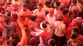 Barsana, India - 20180223 - Holi-Festival - Twee Handen en Rotatie van de Mensengreep in Menigte stock video