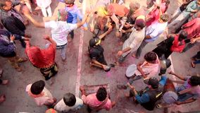 Barsana, India - 20180223 - Holi-Festival - van Bovengenoemd wordt gezien - Filmbemanning shimmi?t in Dans die stock footage