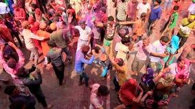 Barsana, India - 20180223 - Holi-Festival - van Bovengenoemd wordt gezien - Jonge Mensendans die stock footage