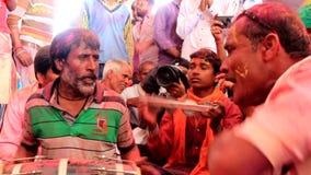 Barsana, India - 20180223 - Holi-Festival - Woeste Slagwerker Close - ziet omhoog onder ogen stock footage