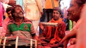 Barsana, India - 20180223 - Holi-Festival - Woeste Slagwerker Sings stock videobeelden
