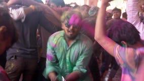Barsana, India Holi festiwal mężczyzna W Zielonej koszula Skacze Wokoło - 201802242 - chaos - zbiory